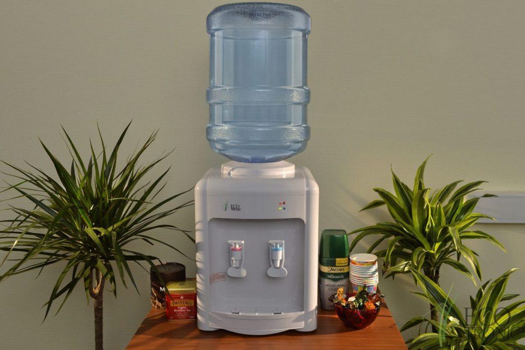 Кулер для воды на столе